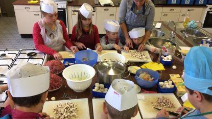 Jeugddienst leert kinderen 'pasta bolognaise' maken tijdens kookworkshops