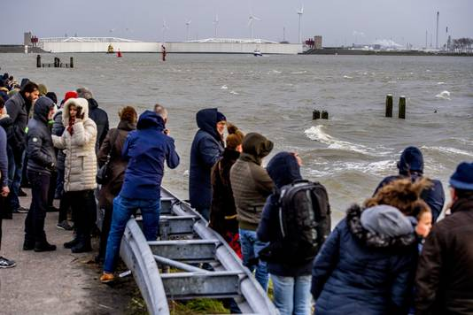 Belangstellenden staan bij de Maeslantkering in afwachting van de sluiting. Vanwege hoogwater gingen alle vijf de keringen van Rijkswaterstaat dicht.