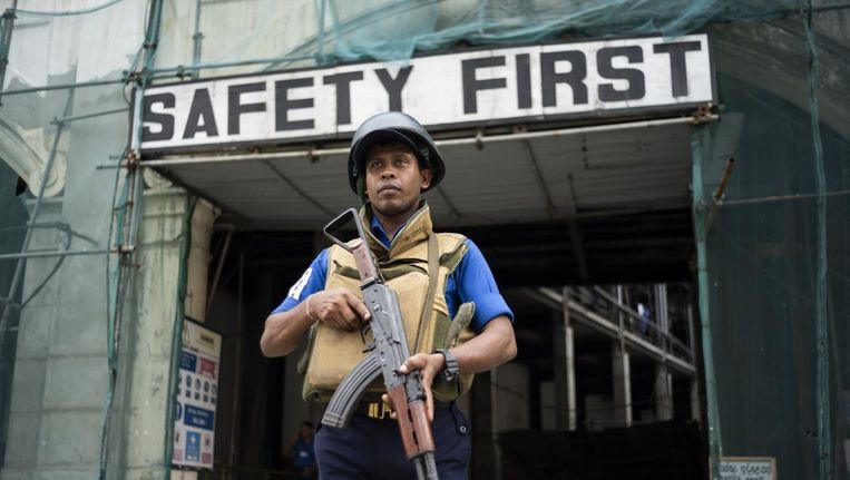 Een soldaat bewaakt een straat in Colombo Beeld afp