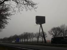 Reclamemast langs A58 staat aan één kant nog steeds op zwart: waarom?