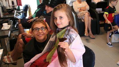 Lavina laat haren knippen voor Think Pink