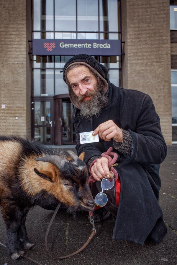 Samen met zijn bok Mikey ging Rigo in februari zijn nieuw identiteitsbewijs in Breda ophalen.