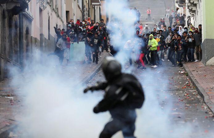 Demonstranten en de politie clashen in Quito.