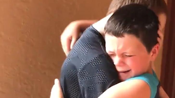 Jongetje brengt emotioneel verrassingsbezoek aan vriendje