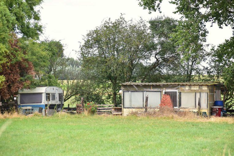 De feiten speelden zich af aan deze barak (rechts) op een braakliggend stuk grond langs de Hovingstraat in Slypskapelle (Moorslede).