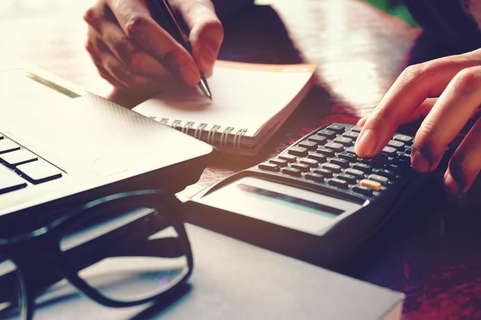 Vrouw met rekenmachine