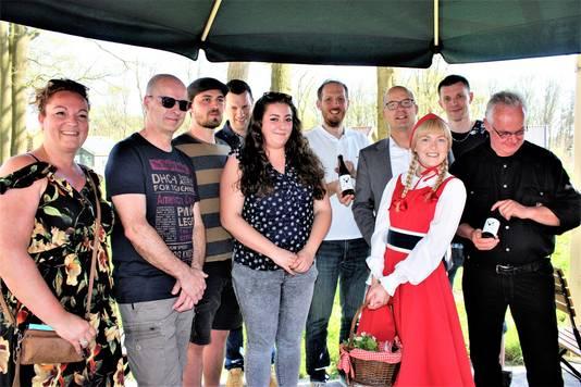 De winnaars van de namenwedstrijd, samen met Roodkapje en directeur Fons Jurgens (achter Roodkapje).
