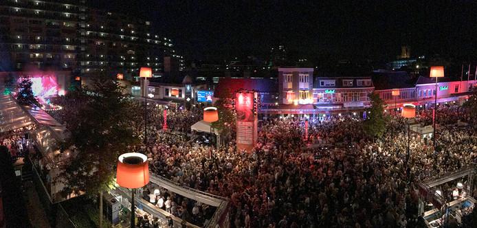 De mensenmassa bij Festival van het Levenslied van bovenaf.