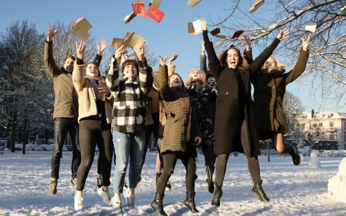 De collega's van indebuurt willen kerstkaarten inzamelen om bij eenzame ouderen af te geven.