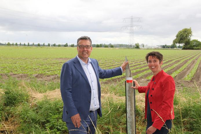 Michiel Rijsberman, Gedeputeerde Provincie Flevoland en Ankie van Dijk, directeur Wandelnet doen bij de Visvijverweg in Lelystad de laatste check voor de bewegwijzering van het vernieuwde Pionierspad.