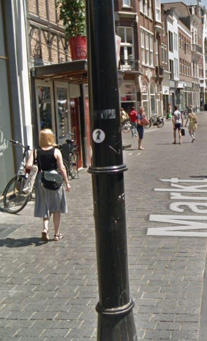 Stickers op de lantaarnpalen op de Markt