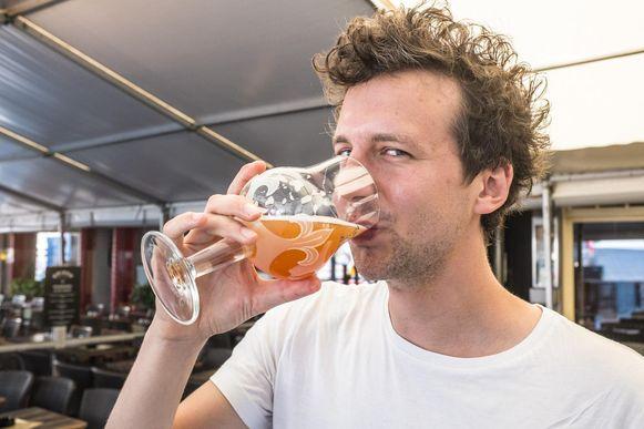 Yannick - onze journalist - proeft van een biertje op basis van gezuiverd afvalwater.