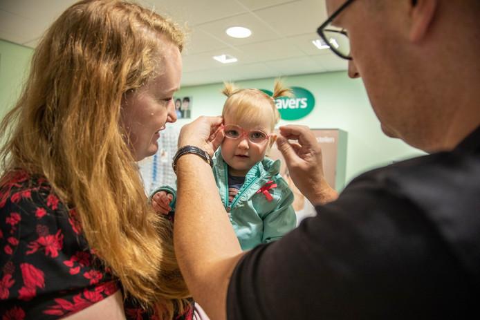 """,,Ik word er heel blij van om dit meisje te helpen"""", vertelt Peter Blokpoel (38) (rechts), eigenaar van Specsavers Zwolle-Zuid."""