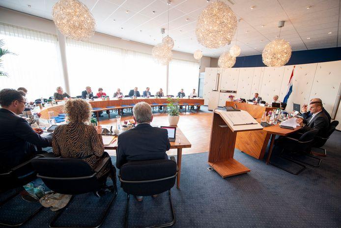 De Wierdense gemeenteraad buigt zich dinsdagavond over een financiële bijdrage voor het laten plaatsen van een hek en een wal bij de woning van burgemeester Doret Tigchelaar.