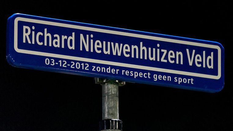 Naambordje ter nagedachtenis aan Richard Nieuwenhuizen op veld 1 bij SC Buitenboys Beeld anp