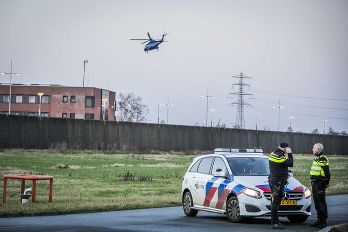 Een politiehelikopter vertrekt van de binnenplaats van de gevangenis in Zutphen. Vier mannen zijn aangehouden vanwege een vermoedelijke uitbraakpoging.
