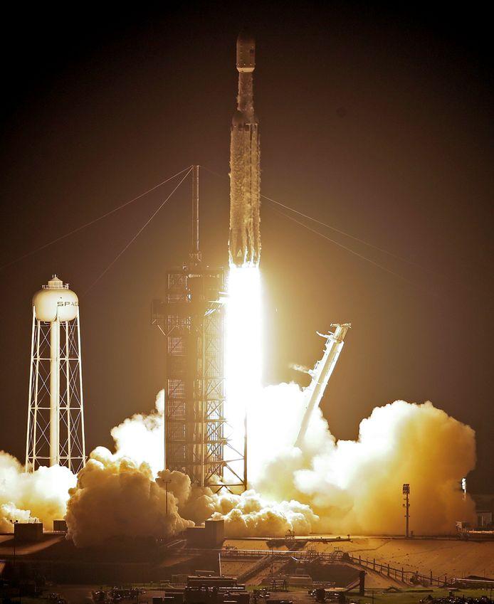 Aan boord van SpaceX zwaarste raket waren 24 satellieten en de as van 151 personen.