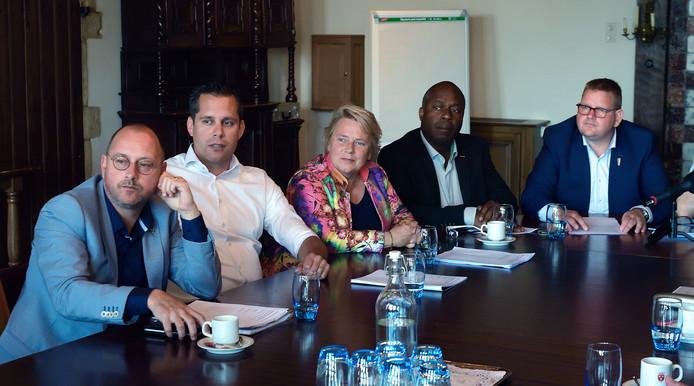 Arjan van der Weegen, Barry Jacobs, Annette Stinenbosch, Andrew Harijgens en Patrick van der Velden vormen het nieuwe college.