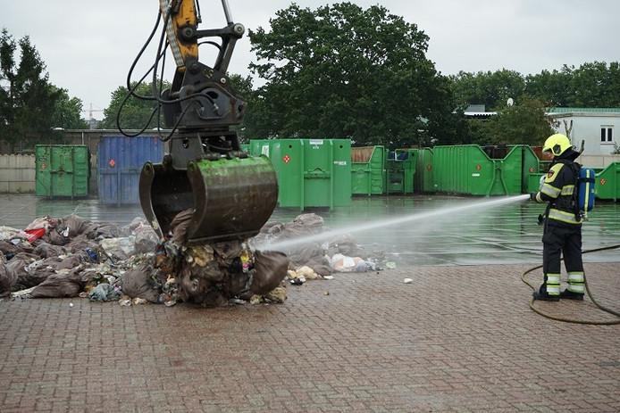 Smeulende resten op het DAR-terrein in Nijmegen