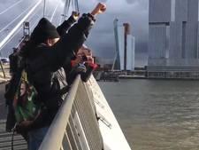 Demonstratie tegen Zwarte Piet op Erasmusbrug Rotterdam