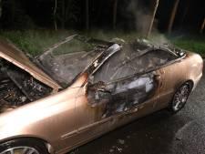 Cabrio verwoest door felle brand in Arnhem