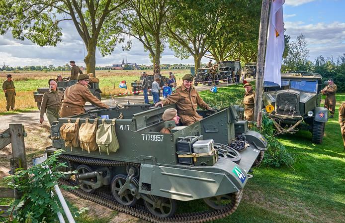 Bij camping de Maasakker te Megen arriveert een deel van de bevrijdingscolonne met originele Britse voertuigen.