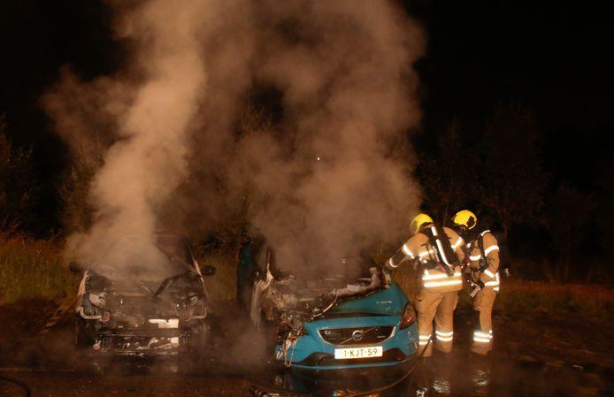 Twee auto's aan de Rijksstraatweg in Dordrecht stonden in brand.