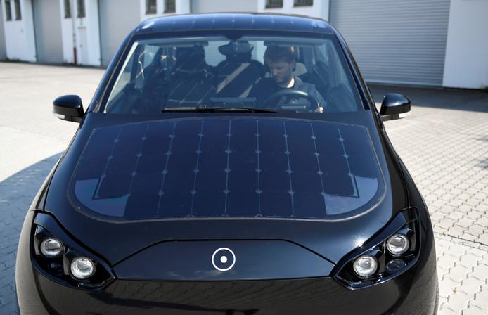 Jona Christians, mede-oprichter van Sono Motors, achter het stuur van een prototype van zijn zonneauto Sion