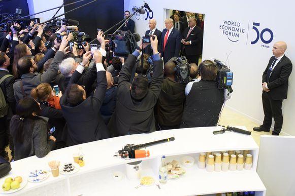 Tientallen camera's zijn gericht op Donald Trump. Die speecht op z'n Trumps - met weinig bescheidenheid.
