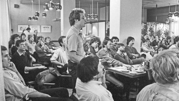 De Volkskrant-redactie vergadert, 1981. Beeld