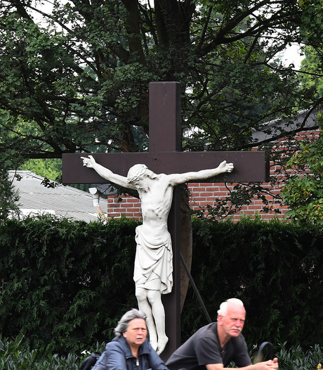 Plastic Jezus aan kruis tegen vandalen en dieven?