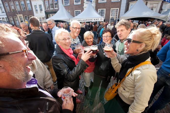 Bezoekers van een eerdere Bokbierdag zitten gezellig aan het bokbier in het centrum van Zutphen.