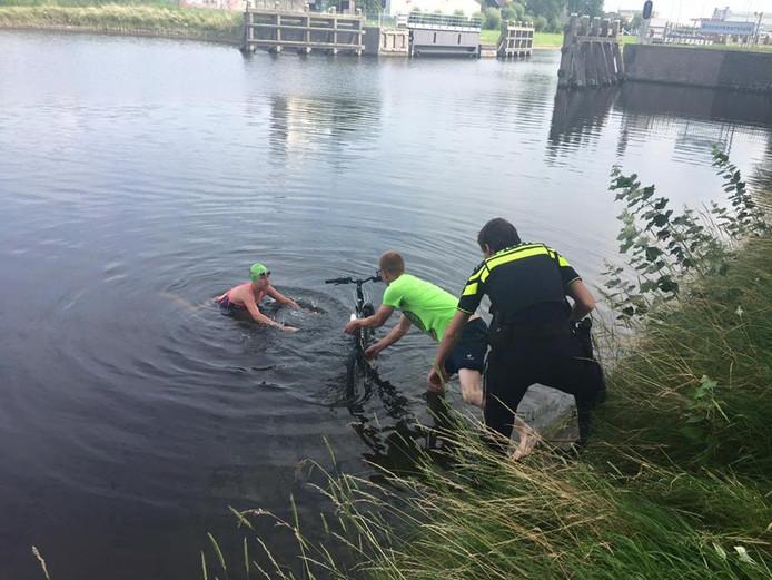 Een zwemster van De Zeeuwse Kust haalde de fiets van het jongetje uit het water.