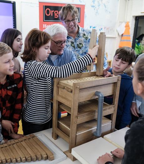 Kinderen in Doesburg bouwen mini-orgel