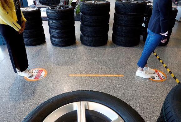 Klanten staan aan te schuiven bij een garage in Brussel. Volgens Test Aankoop rekenen veel garages 'coronatoeslag' aan.