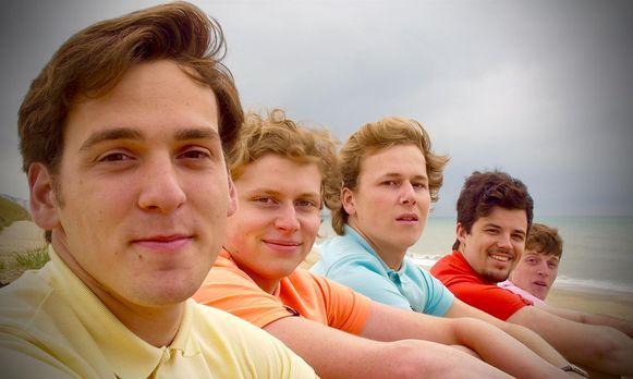 De Spaceboys op een rij tijdens de opnames van hun videoclip.