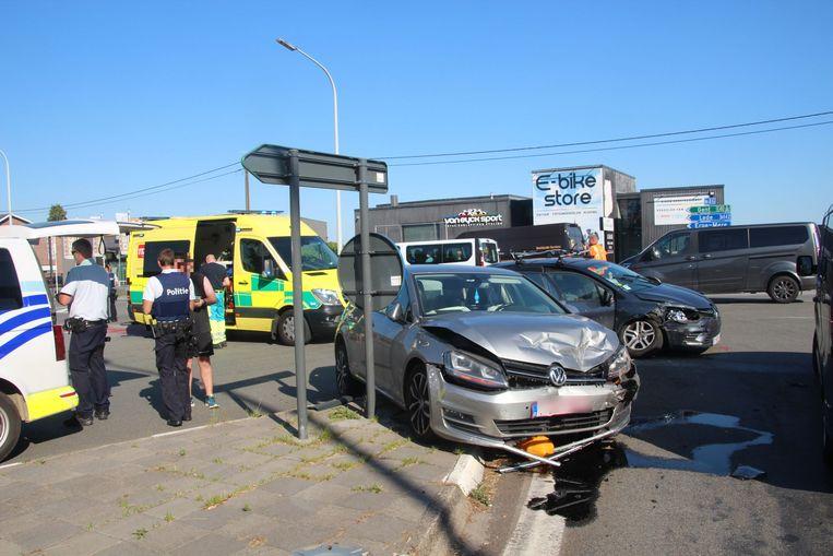 De Volkswagen werd bij het ongeval op de vluchtheuvel tussen de op- en afrit van de E40 in Erpe-Mere geduwd.