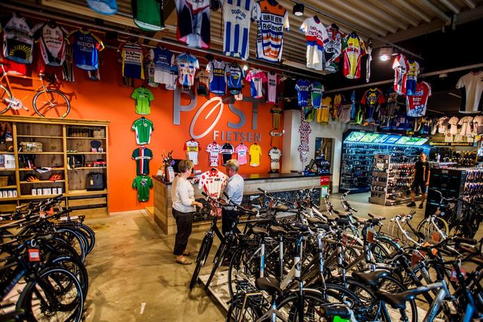 Fietswinkel Post heeft een ruime hoeveelheid fietsshirtjes in de winkel hangen, gedragen door profwielrenners. De shirts zijn afkomstig van een verzamelaar uit Made.