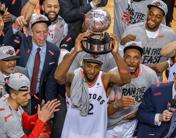 Toronto Raptors' Kawhi Leonard met de trofee die hoort bij de titel van de Eastern Conference.