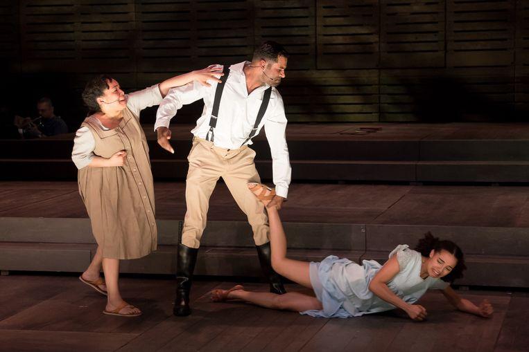 Scène uit 'The Color Purple' met Celie (Naomie van der Linden), Mister (Edwin Jonker) en Nettie (Carmen van Mulier). Beeld Neeltje Knaap