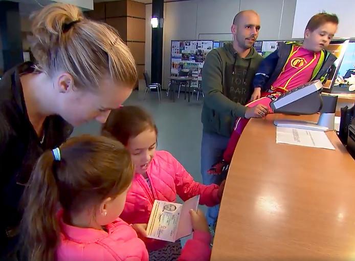 Gezin Beerens uit Geertruidenberg haalt hun paspoort voor de grote reis. Still Helemaal Het Einde RTL4