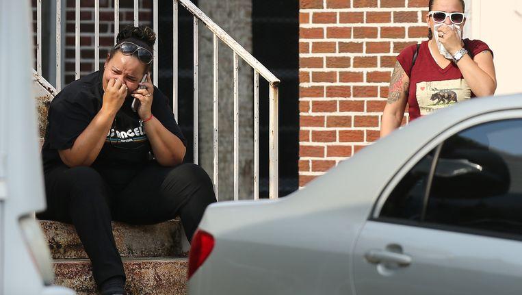 Familieleden van de slachtoffers tonen hun verdriet na een bijeenkomst met agenten die hun vragen beantwoordden. Beeld ap