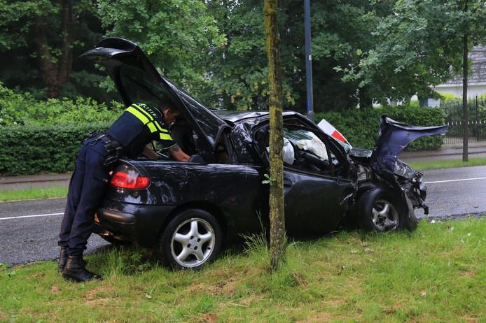 Een man is zondagavond gewond geraakt nadat hij met zijn auto regen een boom botste.