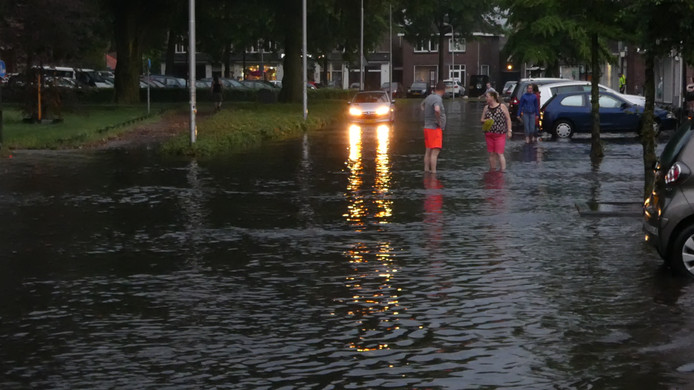 Wateroverlast in de Kromstraat in Oss.