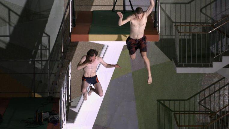 Wat zou jij doen: springen van 10 meter hoog, of terug de trap af? Beeld Still uit Ten Meter Tower