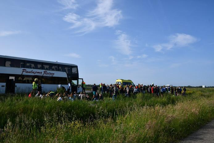 Kinderen staan bij de bus die werd geramd bij Putten.