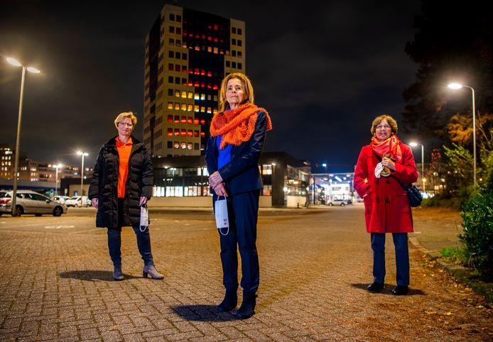 Het gemeentehuis van Capelle kleurt Oranje. Van links naar rechts:  Arianne Eckhardt, Berna Wisman, en Gerry Jonkers.
