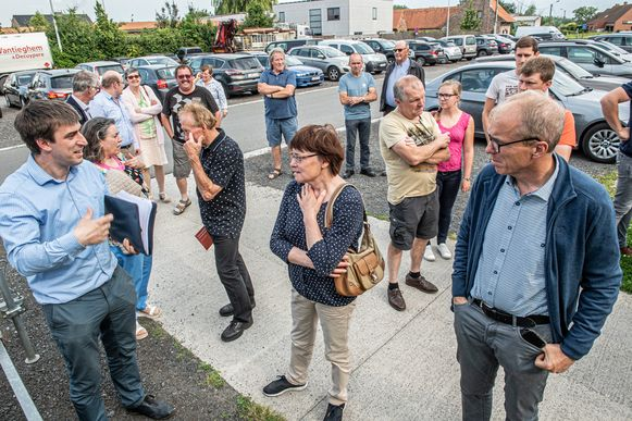 Actiecomité 'Geen Hoogspanning E403' daagde in Lichtervelde op met doodskisten bij de infomarkt van Ventilus Filip tekende present om info te verschaffen.