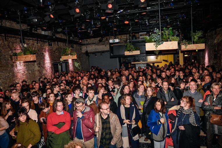 De culturele sector laat de besparingen niet over zijn kant gaan: meer dan 2.000 man kwam gisteren samen in de Brusselse Beursschouwburg om te debatteren over de plannen van de regering.