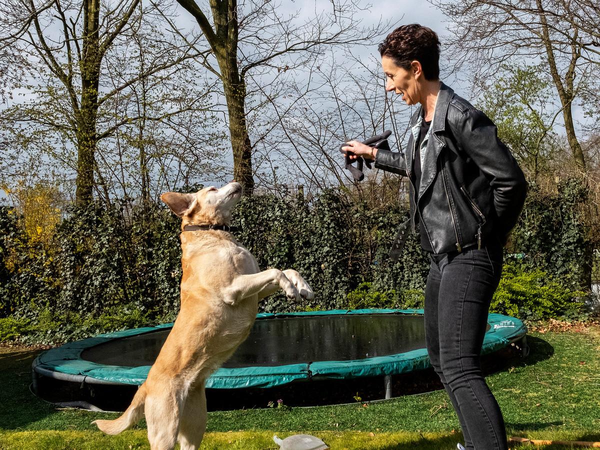 Paulien Brethouwer met haar hond op een schaarse vrije dag, thuis in Dinxperlo.
